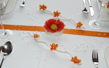Mustertisch1 in Orange mit einer Gerbera und herrlicher Streudeko von Tischdeko-online. Orange Tischbänder und Gastgeschenke als herrliche Tischdekoration.