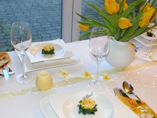 Gelber Mustertisch 1 von Tischdeko-online  - Kuwa-Stöckchen, Gastgeschenke, Tischkarten und mehr