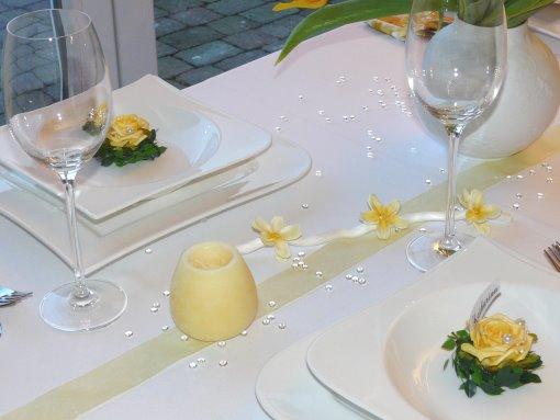 Gelber Mustertisch 1. Perlengirlande, Gastgeschenke Tischbänder, Tischkarten und mehr