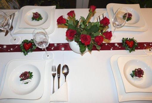 Roter Mustertisch 3 zur Hochzeit. Mit roten Rosen, Tischbändern und ...
