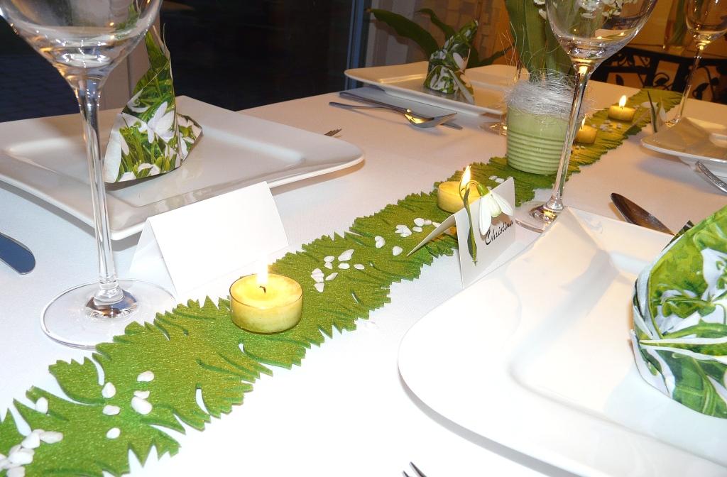 Mustertisch 3 in GRÜN von Tischdeko-online - mit grünem Band, herrlichen Servietten, Tischkarten und Kerzen.